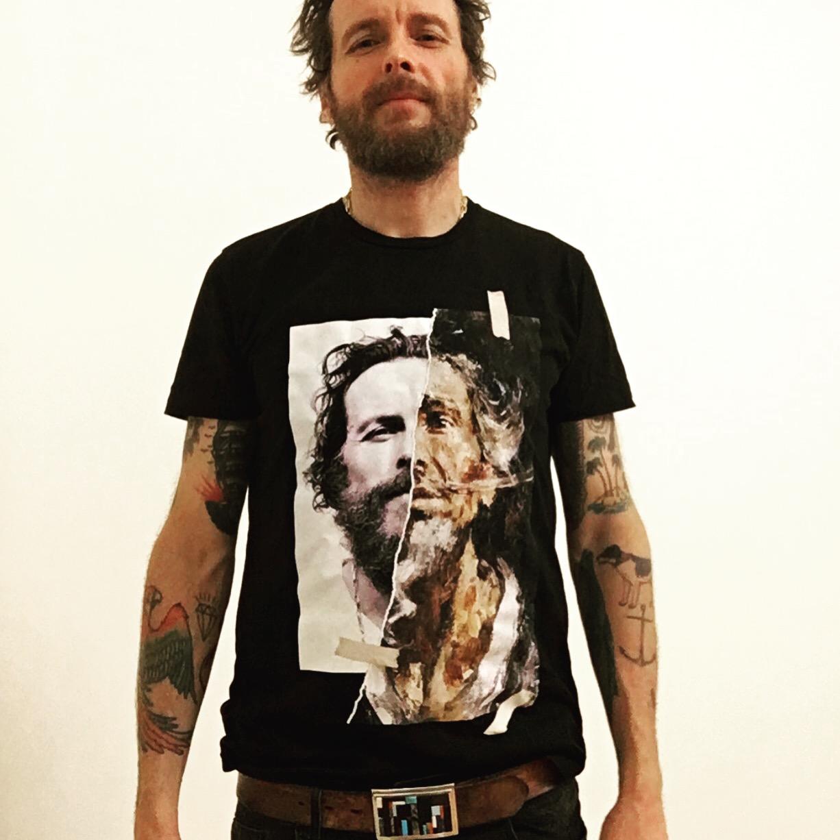 Jovanotti che indossa la tshirt di Diego Venturino a lui dedicata